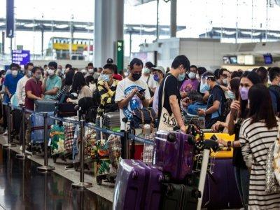 Des habitants attendent pour s'enregistrer sur un vol pour la Grande-Bretagne à l'aéroport de Hong Kong le 19 juillet 2021    ISAAC LAWRENCE [AFP]