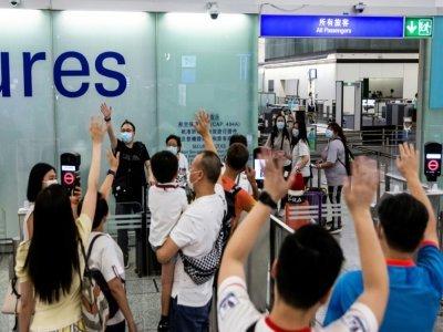 Adieux avant l'embarquement sur un vol pour le Royaume-Uni à l'aéroport de Hong Kong le 19 juillet 2021    ISAAC LAWRENCE [AFP]