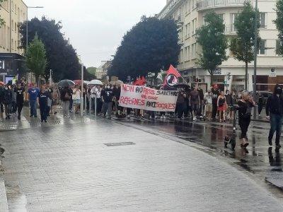 Après être descendu vers le port, les manifestants sont alors remontés vers leur point de départ, par la rue Saint-Jean, avant de passer devant la préfecture.    Mathieu Marie