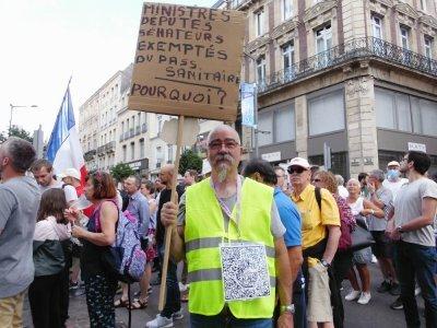 Certains manifestant avaient tellement de messages à faire passer qu'ils devaient afficher leur pancarte côté pile...    Guillaume Lemoine