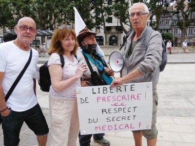 Certains manifestants sont arrivés de bonne heure devant l'Hôtel de Ville pour afficher leurs convictions et leur motivation.    Guillaume Lemoine