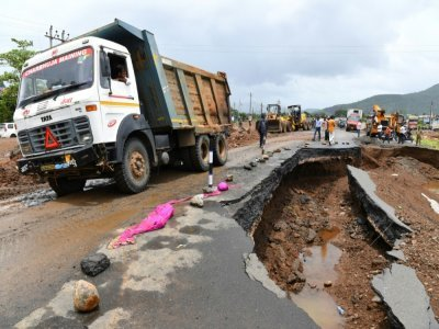 Une route effondrée suite à des inondations, à Mahad, en Inde, le 24 juillet 2021    INDRANIL MUKHERJEE [AFP]