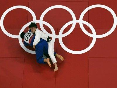 Le judoka japonais Hifumi Abe (en blanc) en finale aux JO de Tokyo contre le Géorgien Vazha Margvelashvili, le 25 juillet 2021    Antonin THUILLIER [AFP]