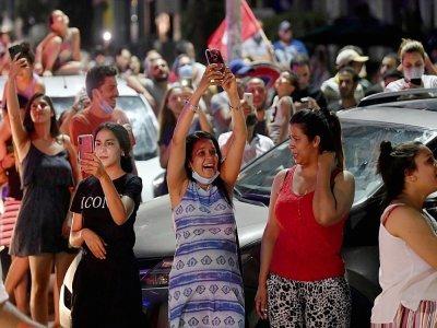 La foule célèbre dans la rue après la décision du président tunisien Kais Saied de geler les travaux du Parlement pour 30 jours et de s'octroyer le pouvoir exécutif, le 25 juillet 2021 à Tunis    FETHI BELAID [AFP]
