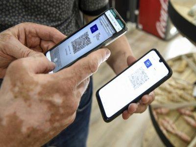 Une personne fait valider son pass sanitaire sur son téléphone à Amnéville, le 22 juillet 2021    JEAN-CHRISTOPHE VERHAEGEN [AFP]