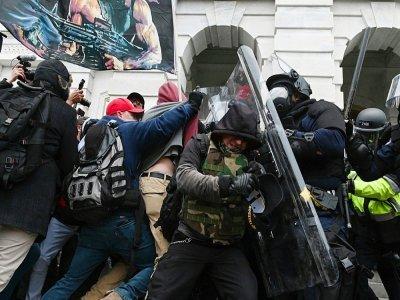 Heurts entre policiers et manifestants pro-Trump lors de l'assaut du Capitole, le 6 janvier 2021 à Washington    ROBERTO SCHMIDT [AFP/Archives]