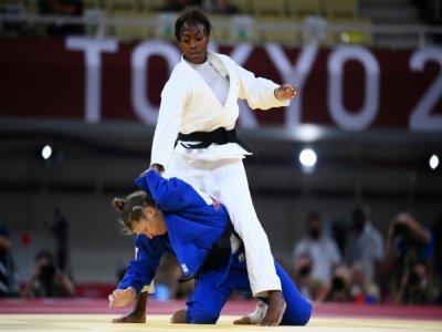 Clarisse Agbégnénou maîtrise la Slovène Tina Trstenjak en finale des -63 kg aux Jeux de Tokyo, le 27 juillet 2021 - Franck FIFE [AFP]