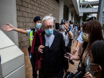 Clive Grossman (c), défenseur du militant pro-démocratie hong-kongais Tong Ying-kit, quitte la Haute Cour après la condamnation de son client, le 27 juillet 2021 à Hong Kong    ISAAC LAWRENCE [AFP]