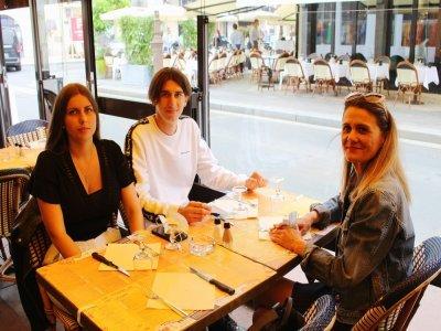 Elyse Gaillard, Louane Guellec etDeborah Brisard passent la journée à Deauville. La famille rennaise est partiellement vaccinée et craignait de ne pas pouvoir aller au restaurant.