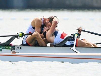 Les Français Hugo Boucheron et Matthieu Androdias après leur titre en aviron aux Jeux olympiques de Tokyo, le 28 juillet 2021    Charly TRIBALLEAU [AFP]