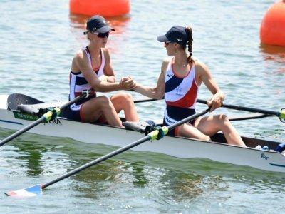 Les Françaises Laura Tarantola (g) et Claire Bovein, médaillées d'argent en aviron (deux de couple poids légers), le 29 juillet 2021 aux JO de Tokyo    Luis ACOSTA [AFP]