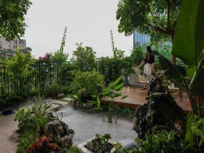 """Sur la terrasse d'un immeuble végétalisé du """"Jardin forestier de Qiyi"""" à Chengdu, dans le sud-ouest de la Chine, le 12 juillet 2021    STR [AFP]"""