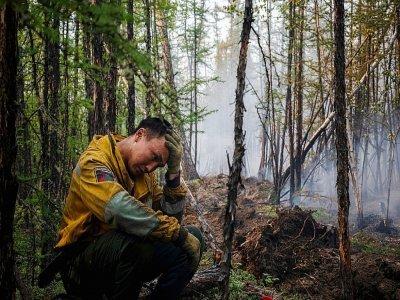 Un employé du Service aérien de protection des forêts se repose lors d'une mission de lutte contre un feu de forêt le 26 juillet 2021    Dimitar DILKOFF [AFP]