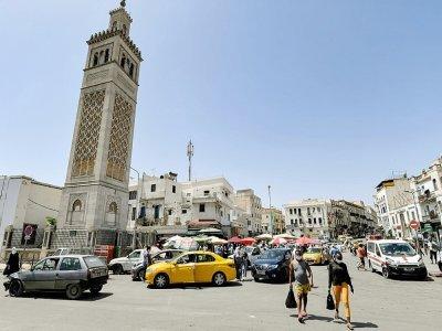 Des personnes passent devant la mosquée Sidi Bashir dans le quartier de Bab el-Fellah, à Tunis, le 28 juillet 2021    FETHI BELAID [AFP]
