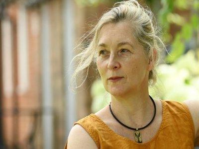 """Ita O'Brien, """"coach d'intimité"""" britannique sur les plateaux de cinéma, chez elle à Cranbrook, sud-est de l'Angleterre, le 28 juillet 2021    GLYN KIRK [AFP]"""
