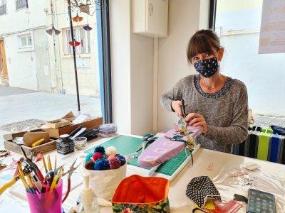 Certains créateurs travaillent dans leur local, devant les visiteurs, comme Anaïs Joye.