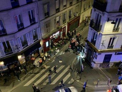 Des policiers surveillent les abords d'une terrasse de café percutée par une voiture, à Paris le 29 juillet 2021 - Didier LAURAS [AFP]
