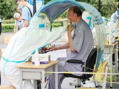 Une personne âgée reçoit un test anti-Covid-19 à Nanjing, dans la province de Jiangsu (est de la Chine), le 29 juillet 2021    STR [AFP]