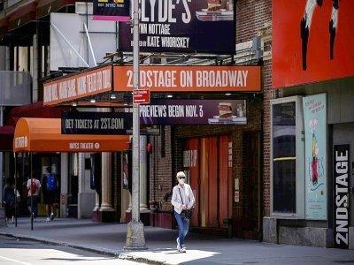 Un passant porte un masque devant un théâtre de Broadway à New York le 30 juillet 2021    Ed JONES [AFP]