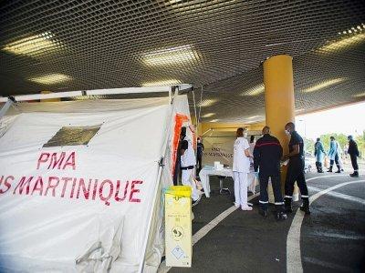 Pompiers et urgentistes attendent devant une tente où sont accueillis les malades en détresse respiratoire au CHU de Fort-de-France (Martinique) le 30 juillet 2021    Lionel CHAMOISEAU [AFP]