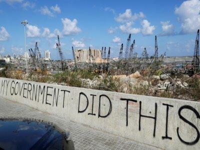 """Sur un pont surplombant le port de Beyrouth, dévasté le 4 août par une explosion, des Libanais ont tagué """"Mon gouvernement a fait ça"""", le 9 août 2020    ANWAR AMRO [AFP/Archives]"""