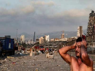 Un homme en état de choc juste après l'explosion dévastatrice au port de Beyrouth, le 4 août 2020    IBRAHIM AMRO [AFP/Archives]
