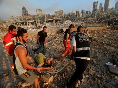Des pompiers évacuent un blessé dans l'explosion au port de Beyrouth, le 4 août 2020    Anwar AMRO [AFP/Archives]