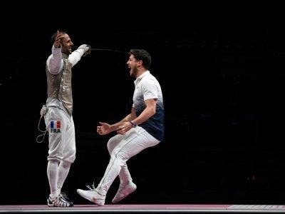 La joie du fleurettiste français Maxime Pauty (d), après le dernier assaut victorieux d'Erwann Le Pechoux face au Russe Kirill Borodachev, qui offre le titre olympique à l'équipe de France, le 1er août 2021 aux Jeux Olympiques de Tokyo 2020 - Mohd RASFAN [AFP]