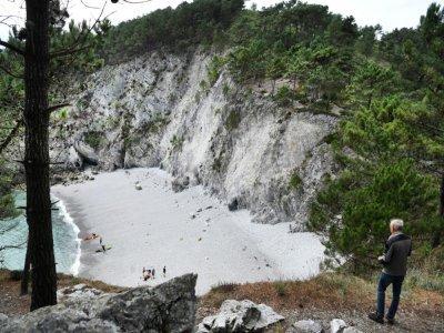 Didier Cadiou sur les hauteurs surplombant la plage de l'Île Vierge sur la presqu'île de Crozon dans le Finistère, le 29 juillet 2021    Fred TANNEAU [AFP]