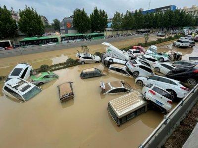 Des voitures dans une voie de circulation inondée de Zhengzhou en Chine, le 21 juillet 2021    STR [AFP/Archives]