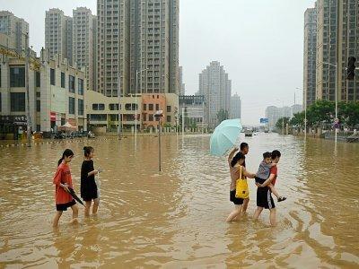Des habitants dans une rue inondée de  Zhengzhou, le 23 juillet 2021 en Chine    Noel Celis [AFP]