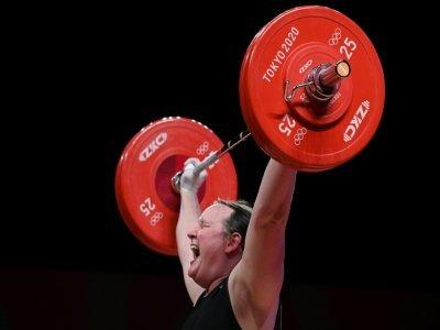 La Néo-Zélandaise transgenre Laurel Hubbard en action dans la catégorie des +87 kg de l'halthérophilie aux Jeux de Tokyo, le 2 août 2021    Mohd RASFAN [AFP]