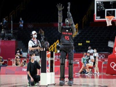 Le robot basketteur CUE à la mi-temps du match entre la France et les Etats-Unis, comptant pour les Jeux olympiques 2020 le 25 juillet 2021 à Saitama    Thomas COEX [AFP]