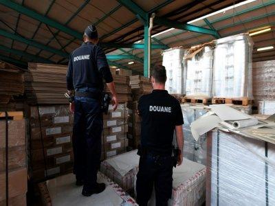 Des douaniers mettent la main sur un stock impressionnant de cigarettes de contrebande à Aartselaar, près de Bruxelles, le 4 août 2021 - John THYS [AFP]