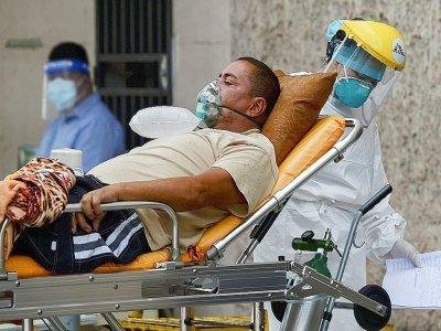 Un patient atteint du Covid-19 est trasporté dans un hôpital de Tegucigalpa, au Honduras, le 4 août 2021    Orlando SIERRA [AFP]