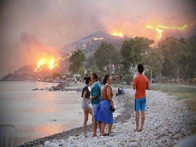 Incendies vue d'une plage à Oren, près de Milas, dans le sud de la Turquie, le 3 août 2021    STR [AFP]