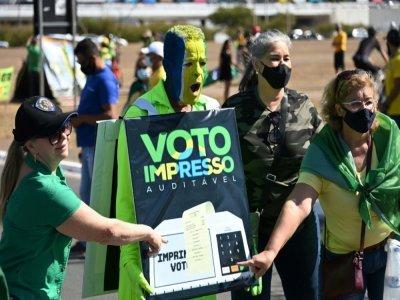 Des partisans du président Jair Bolsonaro manifestent en faveur de l'impression de reçus en papier après chaque vote électronique, le 1er août 2021 à Brasilia - EVARISTO SA [AFP]