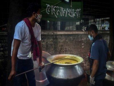 Des volontaires de l'association Mehmankhana préparent un repas pour les personnes affectées par la crise du coronavirus, le 26 juillet 2021 à Dacca    Munir Uz zaman [AFP]
