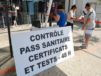 Contrôle du pass sanitaire au Gaumont Multiplex de Montpellier dans l'Hérault, le 29 juillet 2021 - Pascal GUYOT [AFP/Archives]