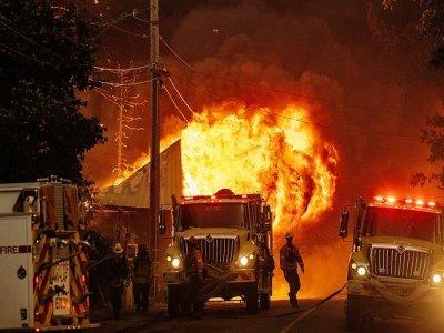 Les flammes engloutissent une maison à Greenville, en Californie, le 4 août 2021    JOSH EDELSON [AFP]