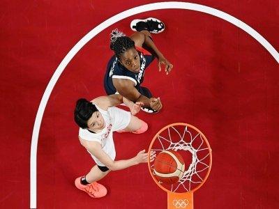 Les basketteuses française Endene Miyem et japonaise Himawari Akaho lors du match de poule des Jeux olympiques de Tokyo le 24 juillet 2021 à Saitama    Aris MESSINIS [POOL/AFP/Archives]
