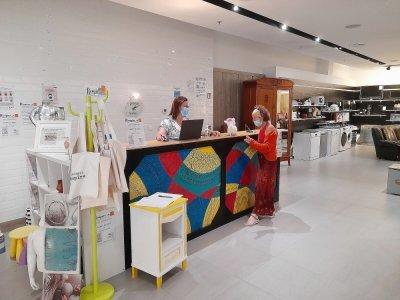 Marlène Alix, conseillère en insertion, et Véronique Lecornu, salariée en relooking meubles, accueillent les clients depuis le 10 juillet aux Rives de l'Orne à Caen.    Nathalie Hamon