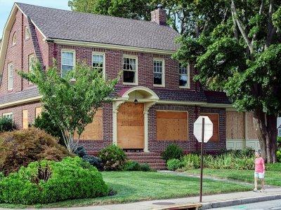 Une maison de New London dans le Connecticut (Etats-Unis), protégée par des planches de bois avant l'arrivée de la tempête Henri, le 21 août 2021    JOSEPH PREZIOSO [AFP]