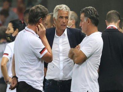 Le président de l'OGC Nice Jean-Pierre Rivère avec l'entraîneur Christophe Galtier pendant l'interruption du match de Ligue 1 contre Marseille suite à l'envahissement du terrain par des supporters, le 22 août 2021 à l'Allianz Riviera.    Valery HACHE [AFP]