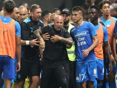 L'entraîneur de Marseille Jorge Sampaoli maîtrisé par ses joueurs et membres du staff après des incidents au stade Allianz Riviera de Nice, le 22 août 2021.    Valery HACHE [AFP]