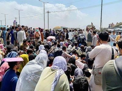 Des Afghans attendent déspérément une évacuation après l'arrivée au pouvoir des talibans, à l'aéroport de Kaboul le 20 août 2021    Wakil KOHSAR [AFP]