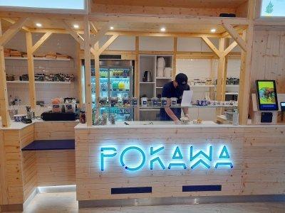 Kevin Padovan, l'assistant du responsable de Pokawa, prépare les commandes des poké bowl.    Nathalie Hamon