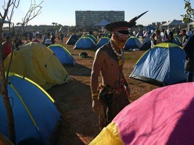 Un membre de la tribu Pataxo dans un camp de protestation à Brasilia, au Brésil, le 23 août 2021.    CARL DE SOUZA [AFP]