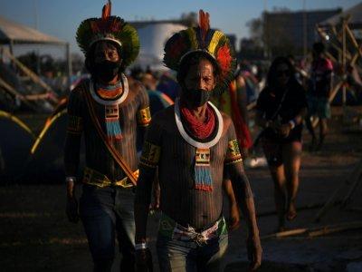 Des membres de la tribu Kayapo dans un camp de protestation à Brasilia, le 22 août 2021.    CARL DE SOUZA [AFP]