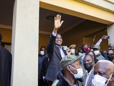Le président élu Hakainde Hichilema (C) salue ses partisans lors d'un discours à sa résidence de Lusaka, en Zambie, le 16 août 2021    Patrick Meinhardt [AFP]